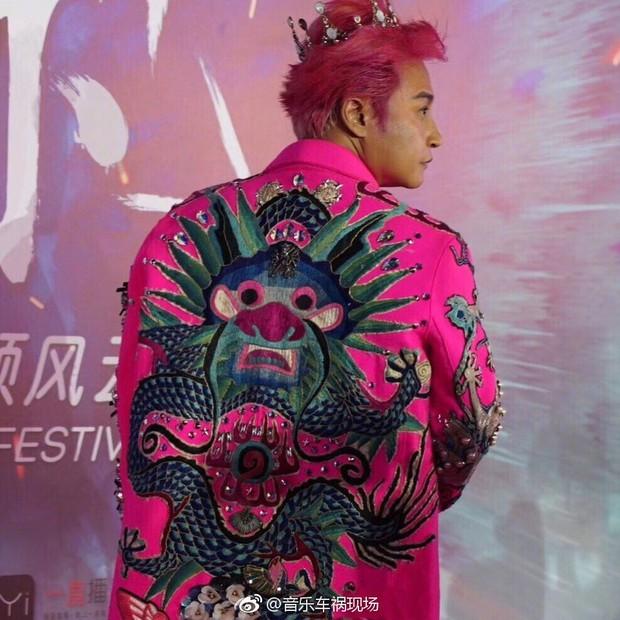 Đội vương miện, mặc áo xuyên thấu và tất lưới rách, Nhĩ Thái lại trở thành tâm điểm chú ý của netizen - Ảnh 8.
