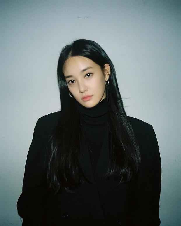 Chỉ làm tóc và trang điểm đơn giản, Lee Joo Yeon vẫn đủ xinh để khiến G-Dragon mê đắm - Ảnh 6.
