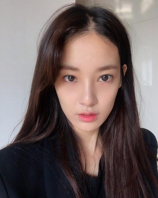 Chỉ làm tóc và trang điểm đơn giản, Lee Joo Yeon vẫn đủ xinh để khiến G-Dragon mê đắm - Ảnh 1.