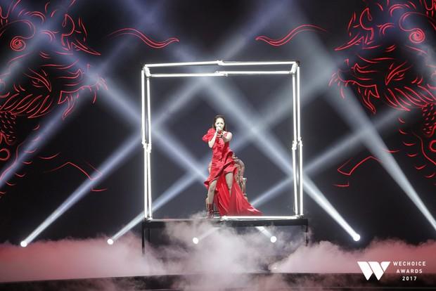 Bảo Anh tỏa sáng xuất thần với sân khấu Sống xa anh chẳng dễ dàng vô cùng hoành tráng tại Gala WeChoice Awards 2017 - Ảnh 3.