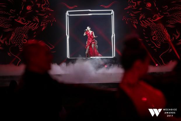 Bảo Anh tỏa sáng xuất thần với sân khấu Sống xa anh chẳng dễ dàng vô cùng hoành tráng tại Gala WeChoice Awards 2017 - Ảnh 6.