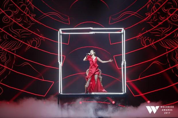 Bảo Anh tỏa sáng xuất thần với sân khấu Sống xa anh chẳng dễ dàng vô cùng hoành tráng tại Gala WeChoice Awards 2017 - Ảnh 4.