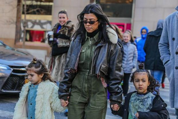 Con gái 4 tuổi của Kim và chị họ 5 tuổi ra dáng tiểu thư nhí sành điệu không kém người lớn trên phố - Ảnh 9.