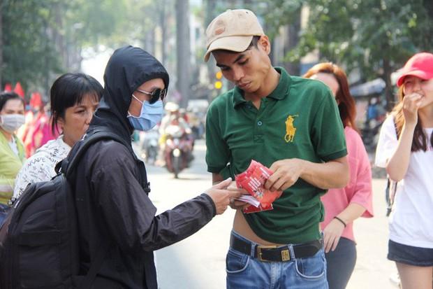 Vé chợ đen tràn ngập, ngang nhiên rao bán 100.000 đồng một vé cho người hâm mộ Sài Gòn để vào sân giao lưu U23 Việt Nam - Ảnh 1.