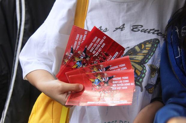 Vé chợ đen tràn ngập, ngang nhiên rao bán 100.000 đồng một vé cho người hâm mộ Sài Gòn để vào sân giao lưu U23 Việt Nam - Ảnh 2.