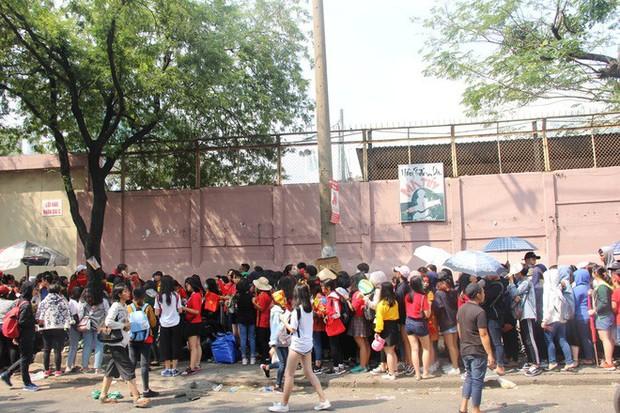 Vé chợ đen tràn ngập, ngang nhiên rao bán 100.000 đồng một vé cho người hâm mộ Sài Gòn để vào sân giao lưu U23 Việt Nam - Ảnh 11.