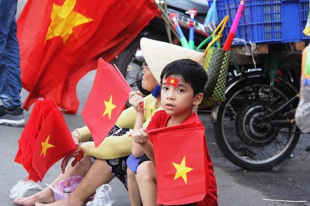 Vé chợ đen tràn ngập, ngang nhiên rao bán 100.000 đồng một vé cho người hâm mộ Sài Gòn để vào sân giao lưu U23 Việt Nam - Ảnh 12.