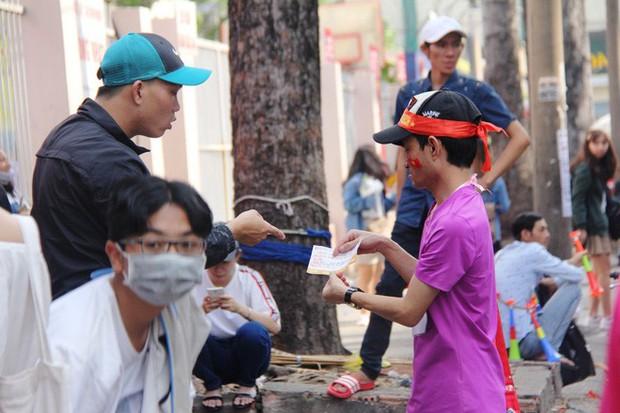 Vé chợ đen tràn ngập, ngang nhiên rao bán 100.000 đồng một vé cho người hâm mộ Sài Gòn để vào sân giao lưu U23 Việt Nam - Ảnh 3.