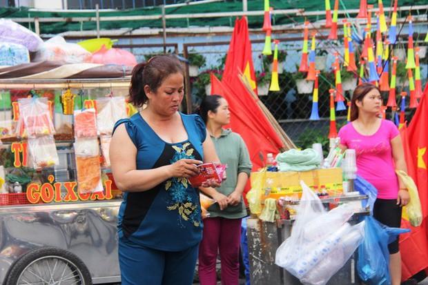Vé chợ đen tràn ngập, ngang nhiên rao bán 100.000 đồng một vé cho người hâm mộ Sài Gòn để vào sân giao lưu U23 Việt Nam - Ảnh 5.