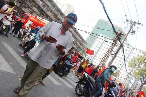 Vé chợ đen tràn ngập, ngang nhiên rao bán 100.000 đồng một vé cho người hâm mộ Sài Gòn để vào sân giao lưu U23 Việt Nam - Ảnh 6.