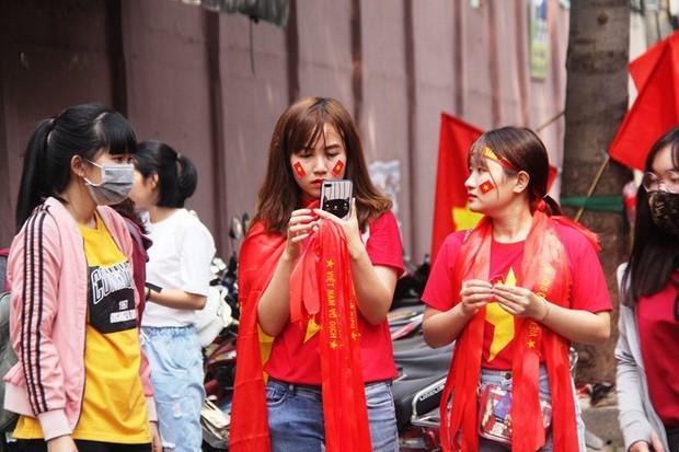 Vé chợ đen tràn ngập, ngang nhiên rao bán 100.000 đồng một vé cho người hâm mộ Sài Gòn để vào sân giao lưu U23 Việt Nam - Ảnh 7.