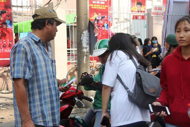 Vé chợ đen tràn ngập, ngang nhiên rao bán 100.000 đồng một vé cho người hâm mộ Sài Gòn để vào sân giao lưu U23 Việt Nam - Ảnh 8.
