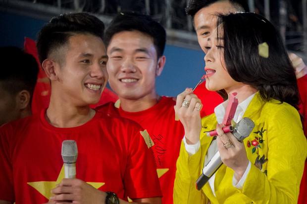 Không chỉ song ca, Mỹ Tâm còn đánh son của Hồng Duy Pinky ngay trên sân khấu lễ vinh danh U23 Việt Nam - Ảnh 2.