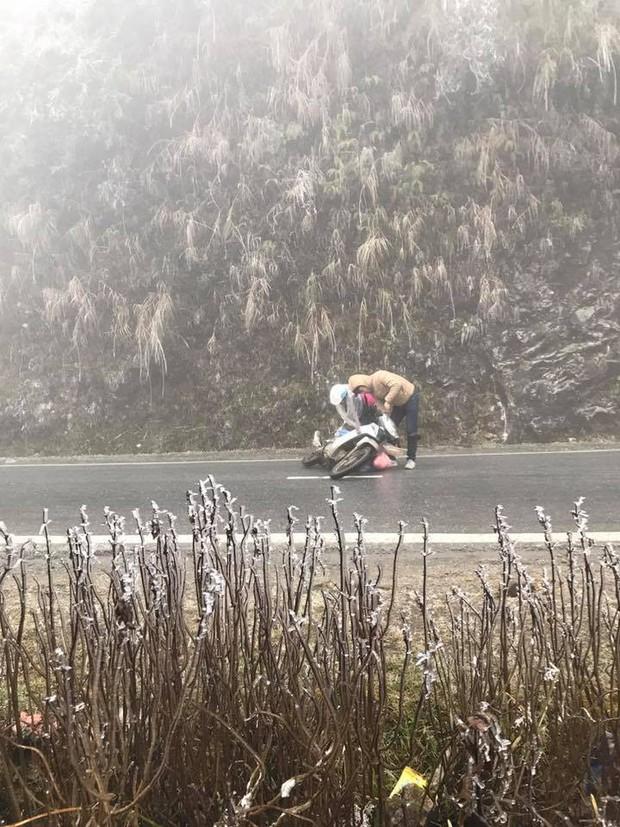 Hàng loạt xe máy trượt ngã trên đỉnh đèo Ô Quy Hồ do băng đóng trên mặt đường - Ảnh 2.