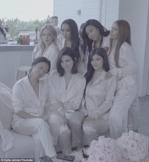 Không hổ danh hot girl số 1 thế giới, Kylie Jenner bụng bầu vượt mặt vẫn đẹp và sang đến lạ - Ảnh 8.