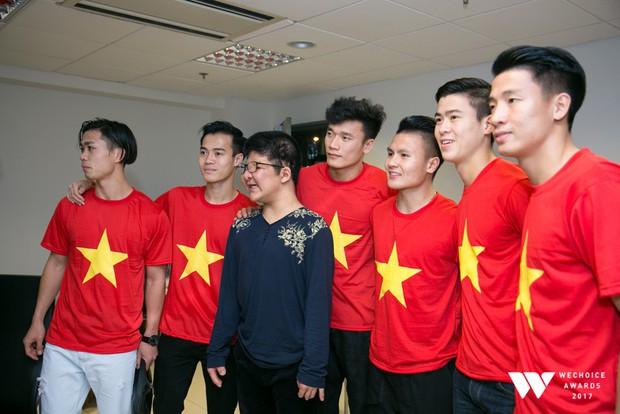 Bé Bôm hạnh phúc, cười khoái chí khi được chụp ảnh cùng các tuyển thủ của U23 Việt Nam - Ảnh 3.