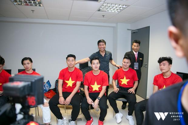 Bé Bôm hạnh phúc, cười khoái chí khi được chụp ảnh cùng các tuyển thủ của U23 Việt Nam - Ảnh 4.