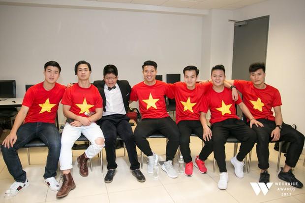 Bé Bôm hạnh phúc, cười khoái chí khi được chụp ảnh cùng các tuyển thủ của U23 Việt Nam - Ảnh 5.