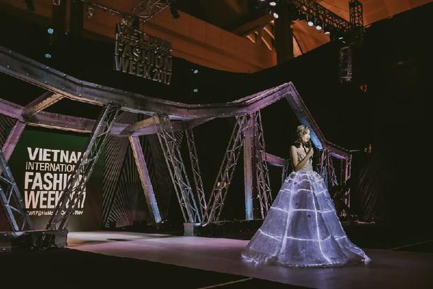 Khi các kiều nữ muốn sáng nhất đêm nay, thì nghĩa là chiếc đầm của họ đang thật-sự-phát-sáng! - Ảnh 12.