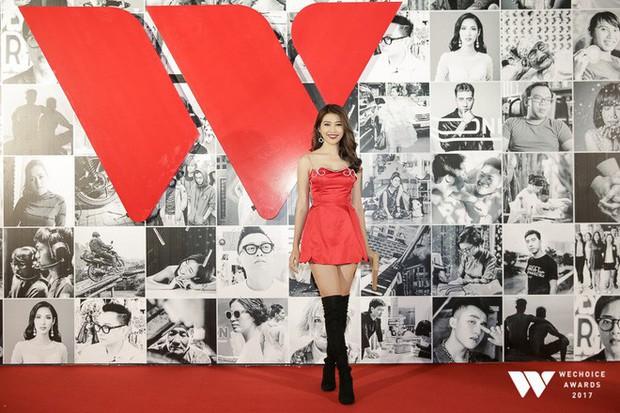 Thảm đỏ Gala WeChoice Awards: Ngọc Trinh khoe vai trần quyến rũ, Chi Pu diện váy xẻ cao táo bạo - Ảnh 4.