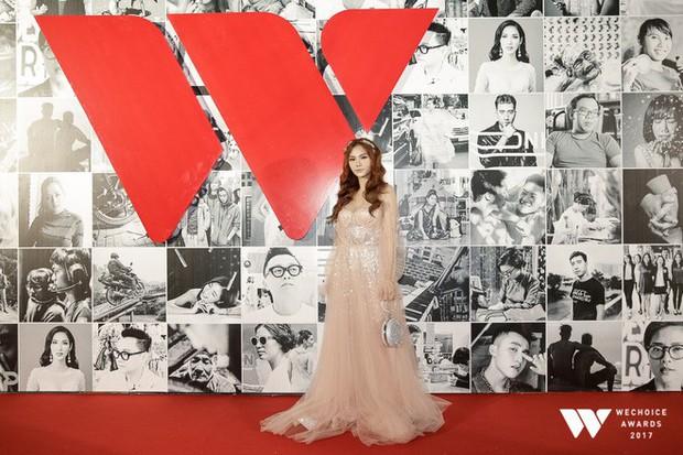 Thảm đỏ Gala WeChoice Awards: Ngọc Trinh khoe vai trần quyến rũ, Chi Pu diện váy xẻ cao táo bạo - Ảnh 5.