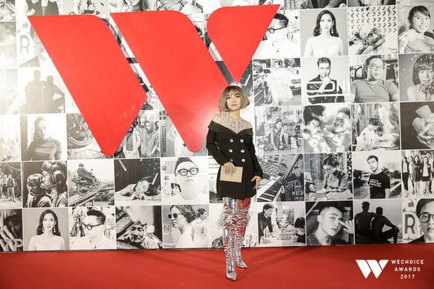 Thảm đỏ Gala WeChoice Awards: Ngọc Trinh khoe vai trần quyến rũ, Chi Pu diện váy xẻ cao táo bạo - Ảnh 8.