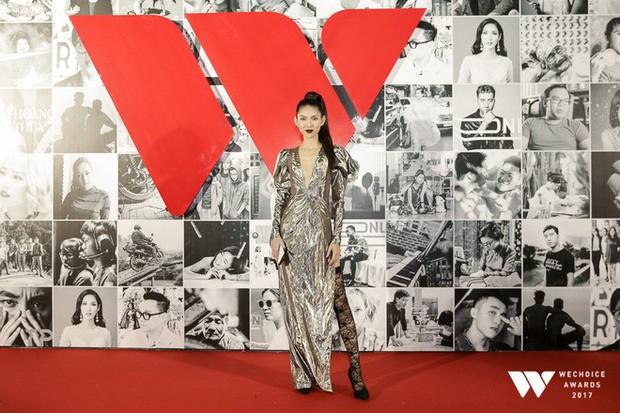Thảm đỏ Gala WeChoice Awards: Ngọc Trinh khoe vai trần quyến rũ, Chi Pu diện váy xẻ cao táo bạo - Ảnh 10.