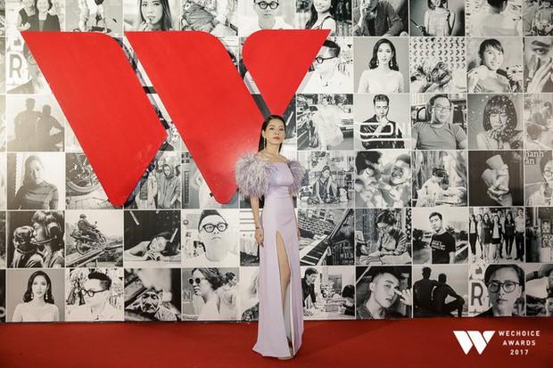 Thảm đỏ Gala WeChoice Awards: Ngọc Trinh khoe vai trần quyến rũ, Chi Pu diện váy xẻ cao táo bạo - Ảnh 3.