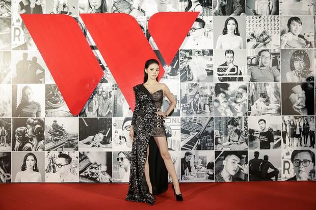 Thảm đỏ Gala WeChoice Awards: Ngọc Trinh khoe vai trần quyến rũ, Chi Pu diện váy xẻ cao táo bạo - Ảnh 11.
