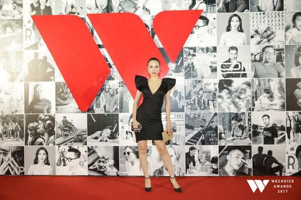 Thảm đỏ Gala WeChoice Awards: Ngọc Trinh khoe vai trần quyến rũ, Chi Pu diện váy xẻ cao táo bạo - Ảnh 12.