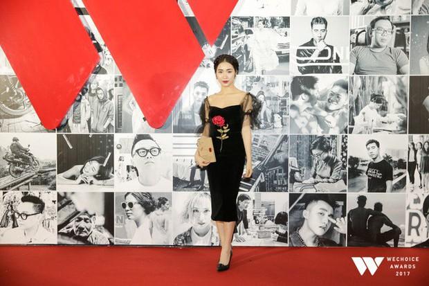 Thảm đỏ Gala WeChoice Awards: Ngọc Trinh khoe vai trần quyến rũ, Chi Pu diện váy xẻ cao táo bạo - Ảnh 13.