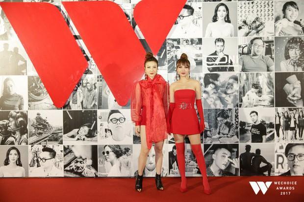 Thảm đỏ Gala WeChoice Awards: Ngọc Trinh khoe vai trần quyến rũ, Chi Pu diện váy xẻ cao táo bạo - Ảnh 14.