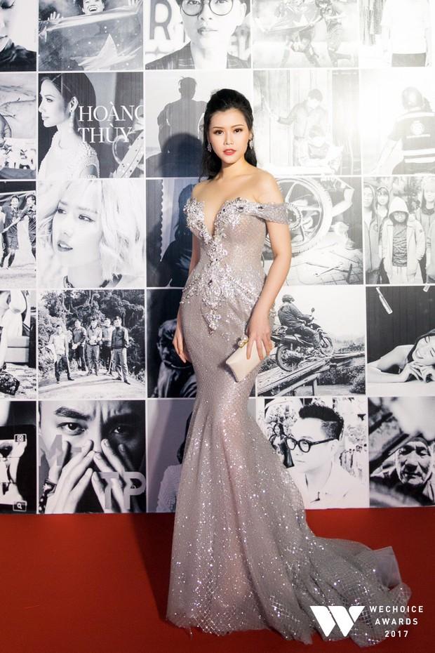 Thảm đỏ Gala WeChoice Awards: Ngọc Trinh khoe vai trần quyến rũ, Chi Pu diện váy xẻ cao táo bạo - Ảnh 17.