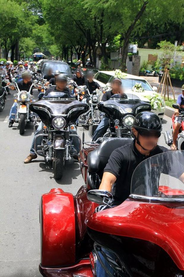 Clip: Đoàn rước dâu gồm hàng chục xe sang thi thố tốc độ trên đường lộ tại Hà Tĩnh - Ảnh 2.