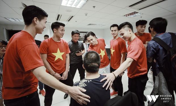 Bé Bôm hạnh phúc, cười khoái chí khi được chụp ảnh cùng các tuyển thủ của U23 Việt Nam - Ảnh 2.