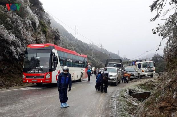 Băng tuyết gây ách tắc quốc lộ 4D nối Lai Châu - Lào Cai - Ảnh 8.