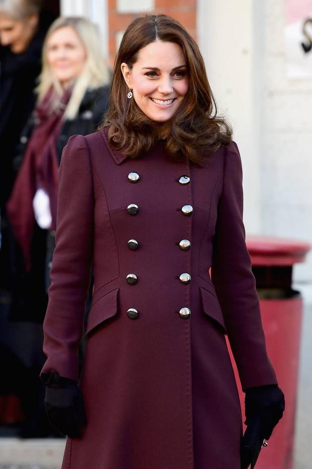Công nương Kate Middleton không bao giờ cởi áo khoác tại nơi công cộng và lý do bất ngờ đằng sau quy tắc này - Ảnh 2.