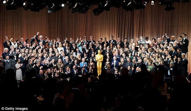 Sao Người đẹp và thủy quái giản dị giữa dàn mỹ nhân lộng lẫy tại thảm đỏ sự kiện tiền Oscar - Ảnh 9.