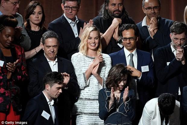 Sao Người đẹp và thủy quái giản dị giữa dàn mỹ nhân lộng lẫy tại thảm đỏ sự kiện tiền Oscar - Ảnh 8.