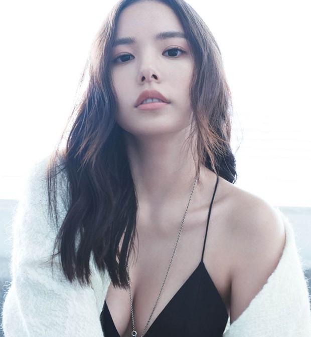 Bất kể xuân hạ thu đông, Min Hyo Rin cũng luôn trung thành với công thức mix đồ này  - Ảnh 1.