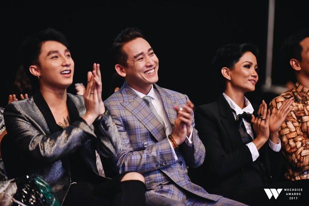 """Sơn Tùng M-TP """"nũng nịu"""" tựa đầu vào vai Hứa Vĩ Văn trong đêm trao giải WeChoice Awards 2017 - Ảnh 4."""