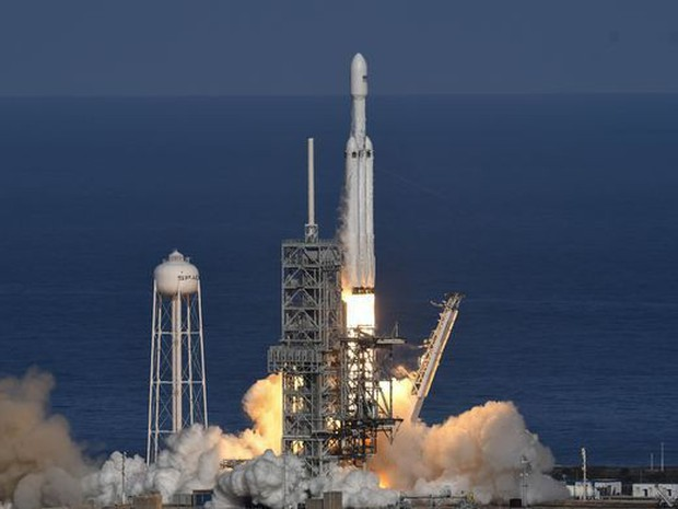 Tỉ phú Elon Musk phóng thành công tên lửa mạnh nhất thế giới - Ảnh 1.