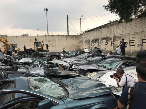 Ông Duterte cho ủi bẹp hàng chục xe sang buôn lậu - Ảnh 3.