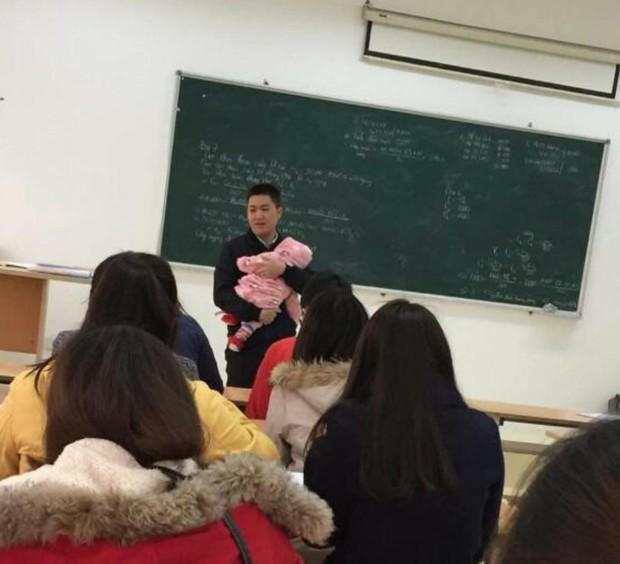 Chia sẻ cảm động đằng sau bức ảnh thầy giáo bế con cho nữ sinh viên làm bài thi suốt 2 tiếng - Ảnh 1.