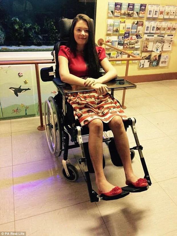 Dù tuổi còn rất trẻ nhưng cô gái này đã bị liệt toàn thân - tất cả xuất phát từ một cơn đau đầu - Ảnh 2.