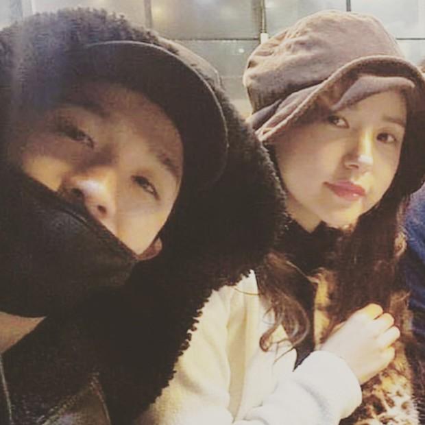Taeyang tủm tỉm xấu hổ, Min Hyo Rin mặc nguyên chiếc áo khoác từ hôm sau cưới đi hưởng tuần trăng mật ở Jeju - Ảnh 2.