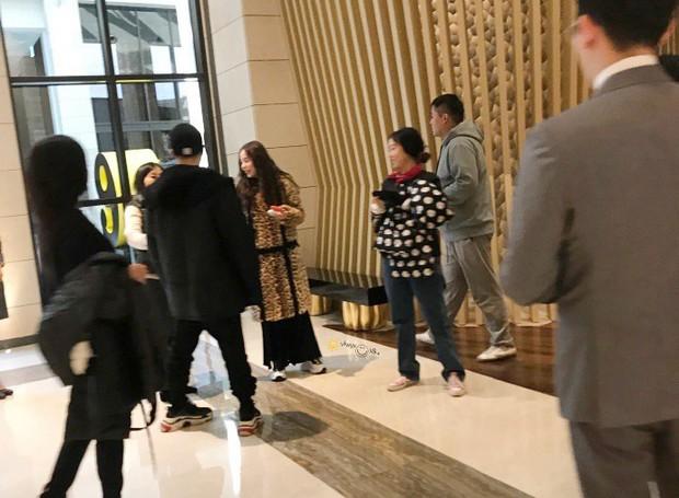 Taeyang tủm tỉm xấu hổ, Min Hyo Rin mặc nguyên chiếc áo khoác từ hôm sau cưới đi hưởng tuần trăng mật ở Jeju - Ảnh 5.