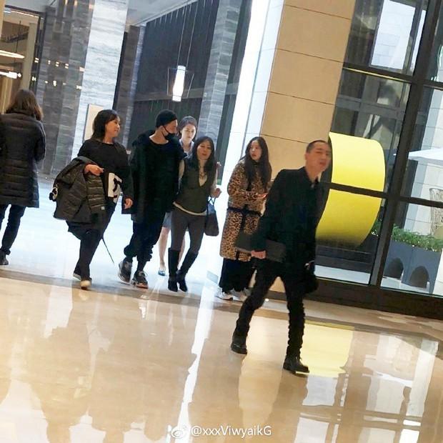 Taeyang tủm tỉm xấu hổ, Min Hyo Rin mặc nguyên chiếc áo khoác từ hôm sau cưới đi hưởng tuần trăng mật ở Jeju - Ảnh 6.