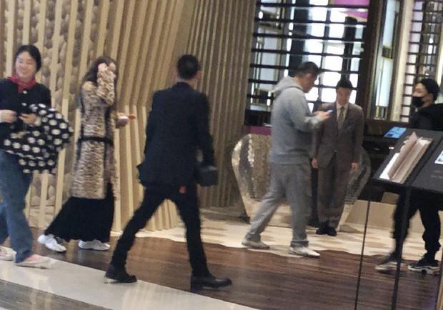 Taeyang tủm tỉm xấu hổ, Min Hyo Rin mặc nguyên chiếc áo khoác từ hôm sau cưới đi hưởng tuần trăng mật ở Jeju - Ảnh 7.
