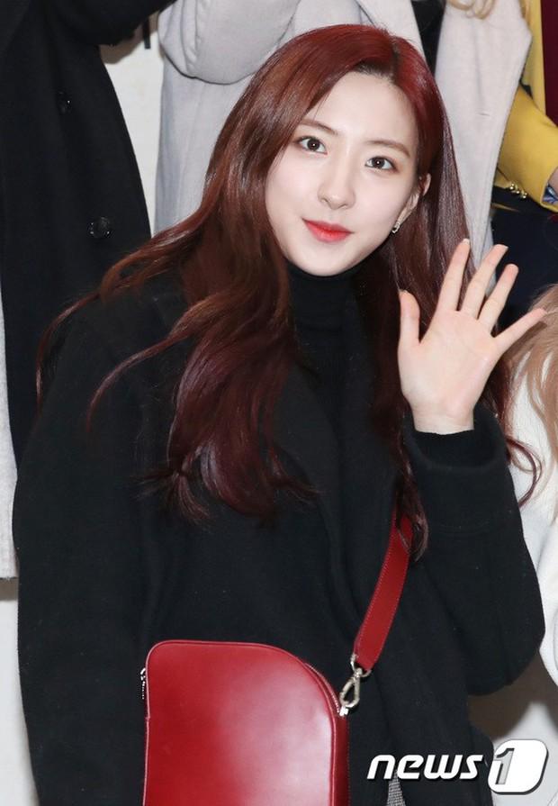 Loạt idol Kpop tốt nghiệp hôm nay: Kim Yoo Jung đẹp đến đẳng cấp nữ thần, Wanna One và NCT đọ vẻ điển trai - Ảnh 21.